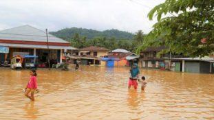 ketahui cara menjaga kesehatan anak selama banjir