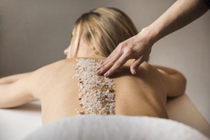 membersihkan tubuh dengan scrub penting dilakukan minimal setiap minggu