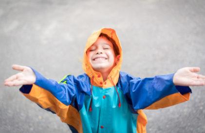 mandi hujan akan membuat anak belajar menyatu dengan alam