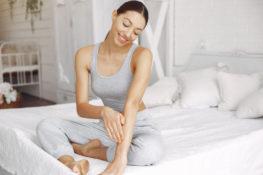 ketahui cara merawat kulit selama musim hujan