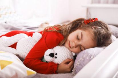 gunakan pakaian panjang pada anak saat tidur