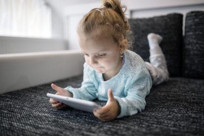 Pengaruh gadget bagi mata anak