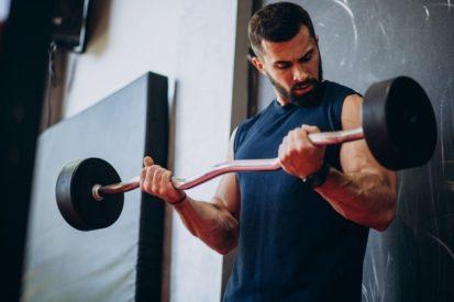 mengonsumsi susu tinggi protein untuk membangun massa otot