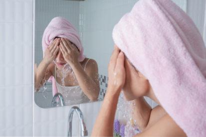 membersihkan muka untuk cegah kotoran penyebab jerawat