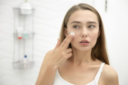 melakukan patch test untuk menghindari masalah kulit akibat penggunaan skin care