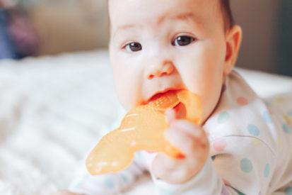 Stimulasi gigi bayi dengan teether
